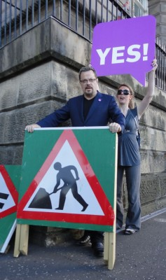 Eddie Izzard attempting to release political roadblock by backing Yes2AV campaign?
