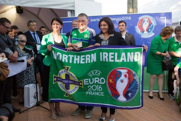 Médaille Irlandais - Mayor of Paris Anne Hidalgo presents the award to the Green and White Amry